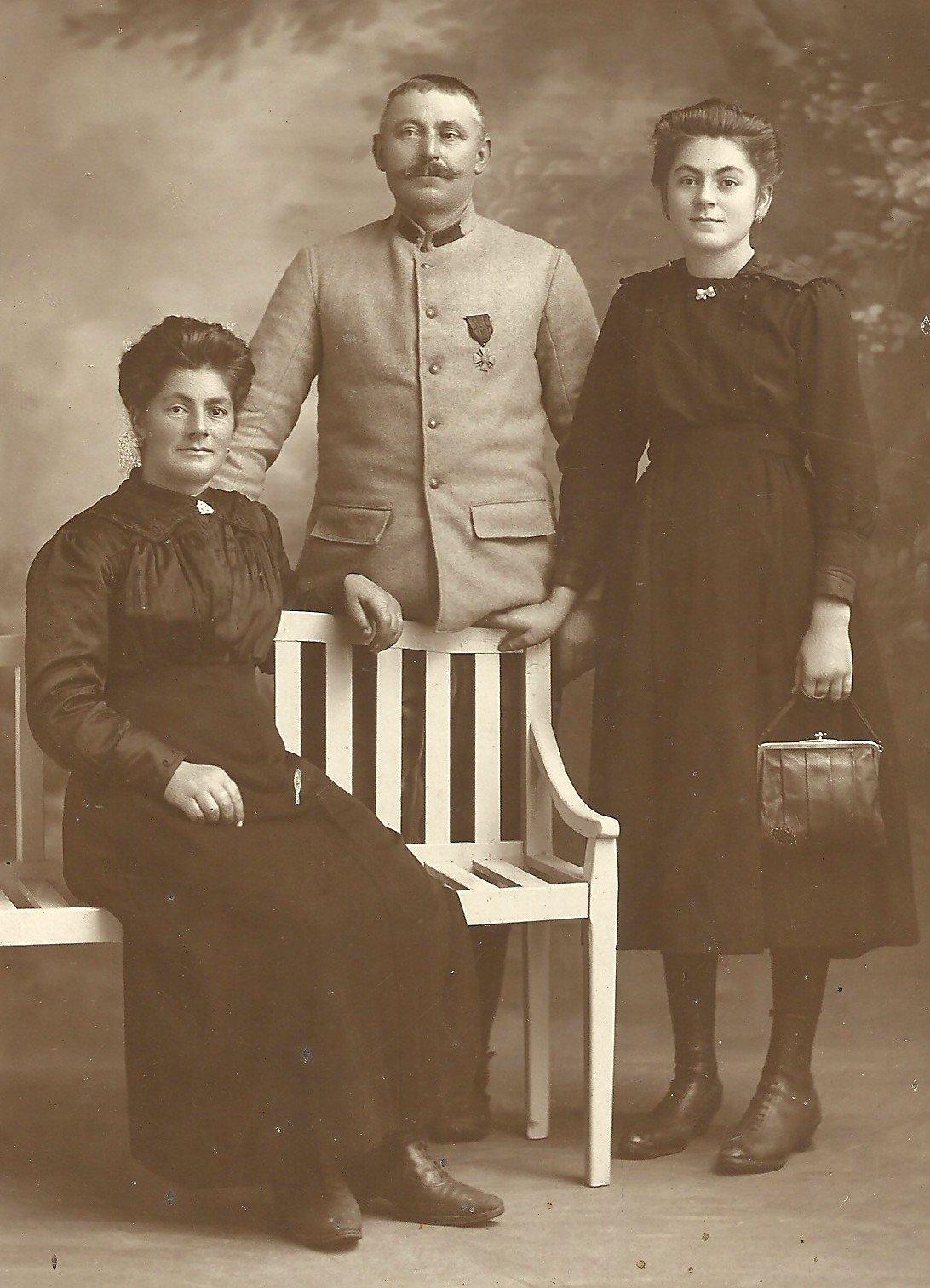 Louise assise, Emmanuel près d'elle et Marie, leur fille dans les années 1920