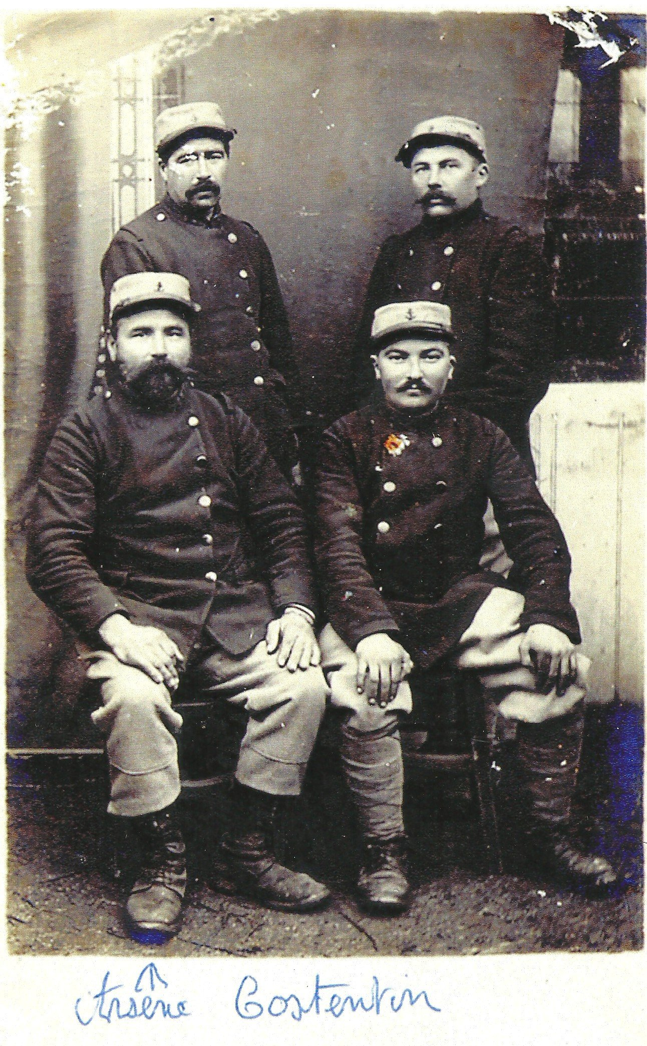 Arsène à la barbe bien fournie, assis à gauche