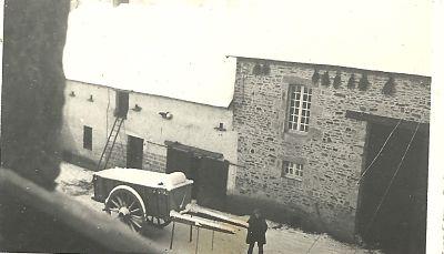 """La laiterie et une """"voiture de pommes sous la neige"""" a écrit maman au dos de la photo."""