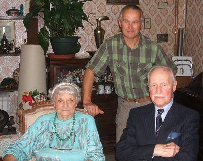 Paulette et Raymond Yxemerry, assis. Mon mari, Claude, debout.