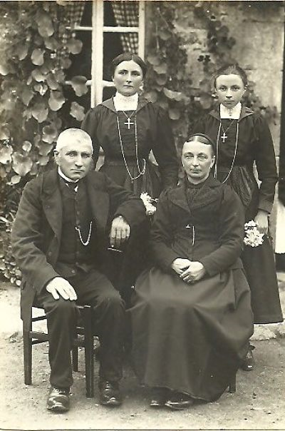 La famille Fauchon dans les années1920. Cyrille et Marina, Leurs deux filles Angélina à gauche, la mère de maman et Sophie sa jeune sœur.