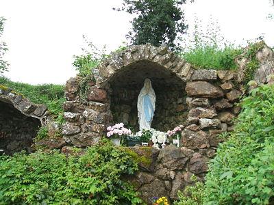 La grotte d'Ouville dédiée à la Vierge et construite en remerciement de protection à l'issue de la 2nd guerre mondiale.