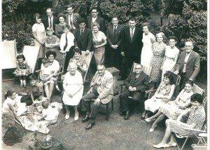 La grande famille des Braybrooke, quelques années plus tard. Au centre, le papa, la maman. Dans le transat derrière la maman, Joan, la sœur d'Harry. A ses côtés, les frères et sœurs, neveux et nièces.