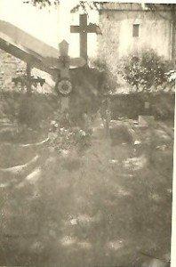 Photo 1944. Un monticule de  terre fraîchement retournée. Dessous la terre, trois corps ensevelis dont celui d'Harry.