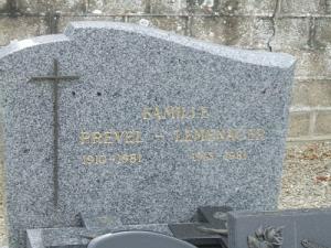Un tombeau, deux noms, une date commune de repos sous la terre.