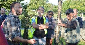 Richard donne une leçon de taille d'un jeune chêne à Maurice, le propriétaire du champ boisé.