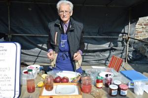 Jacques, le magicien sachant gélifier une confiture sans sucre et sans cuisson, à froid.