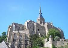 L'abbaye du Mont-Saint-Michel construite à partir du Xe siècle et quittée par les moines en 1790.