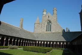 Non, elle n'a pas été enfermée contre son gré à l'abbaye du Mont-Saint-Michel car réservée aux hommes. Aujourd'hui, six à dix frères et sœurs des Fraternités monastiques de Jérusalem y vivent, libres.