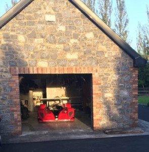 Le garage irlandais et la dame rouge à l'intérieur