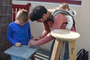 Apprentissage de la sculpture sur pierre avec Yannick lesté de son bébé.