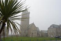 L'église Notre-Dame, près de la mer, par temps de léger brouillard.