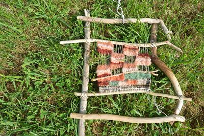 Tissage achevé hier soir, 23h, fait de bois flottés que j'ai assemblés à l'aide de chevilles de bois et de ficelles de coton, puis, sur la chaîne,  laine de mes brebis. Je l'ai nommé Amertume.
