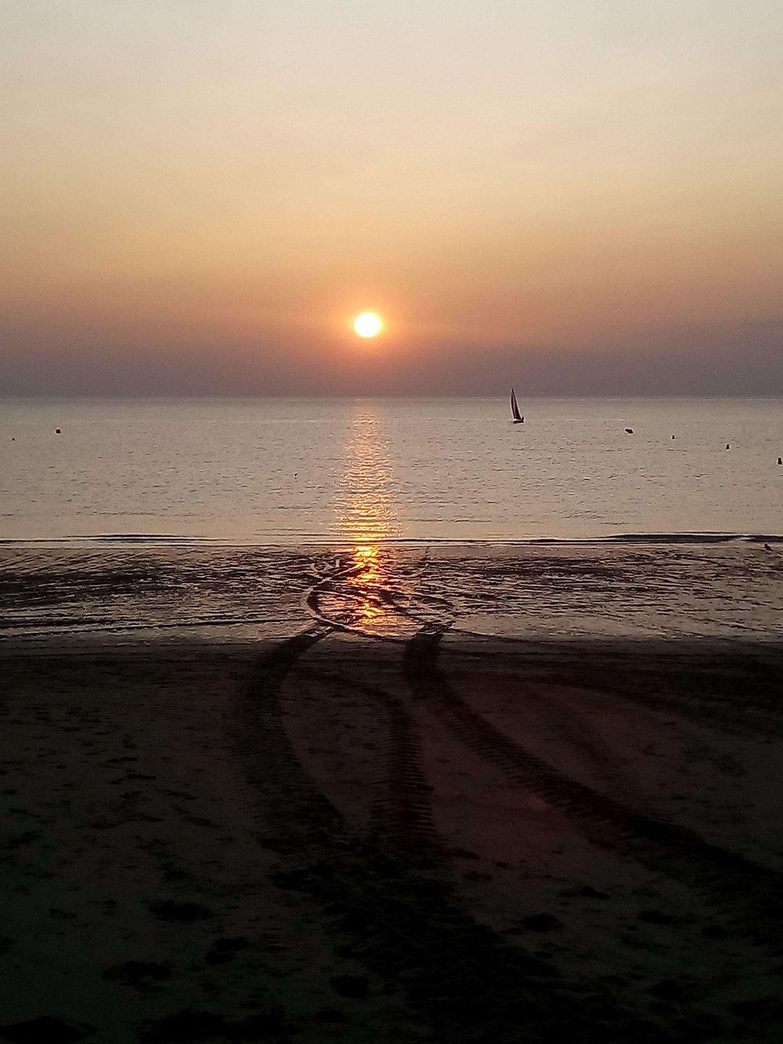 Cette superbe photo du soleil se couchant sur la mer, prise hier par Romaric, peut-être un message d'espoir que demain l'astre se lèvera encore !