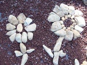 Le mandala (cercle de 2m  de diamètre environ) du haut du champ confectionné avec des pierres de Montmartin sur mer, bien arrondies , aux formes sculptées par la mer (pourtant à trois kms du champ dans lequel je les ai trouvées). Preuve probable que la mer baignait ce champ autrefois.)